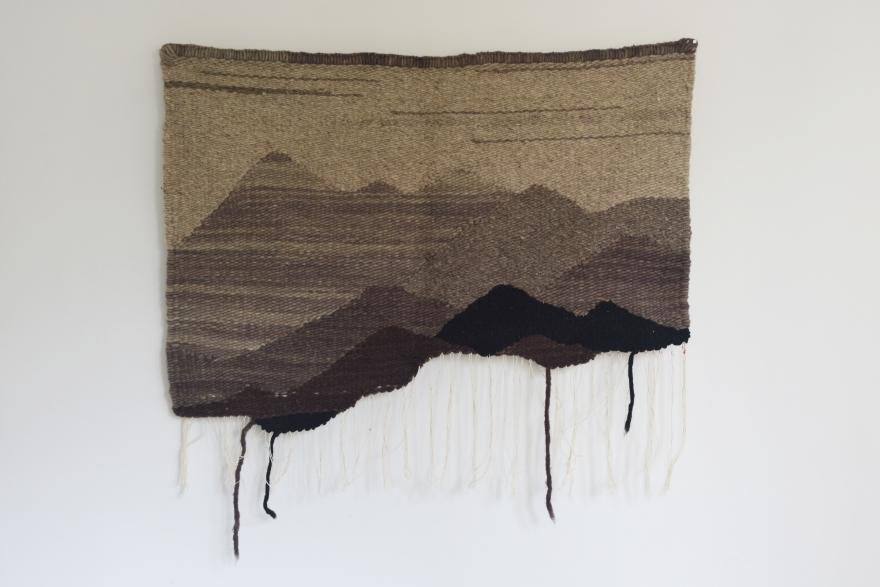 Montañas sin terminar gris de Rodrigo González Castellanos